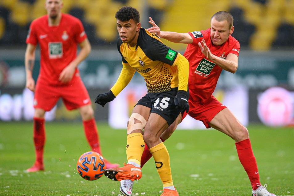 Dynamo trifft gegen Kaiserslautern auf die erwartet harte Gegenweht: Ransford-Yeboah Königsdörffer (l.) im Zweikampf mit Adam Hlousek.