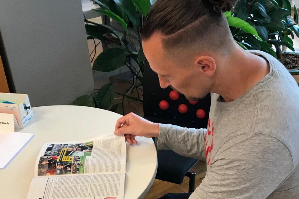 Thomas Melchior liest während eines Ausgangs im Nachrichtenmagazin Der Spiegel, das über ihn und die Problematik der Spirt