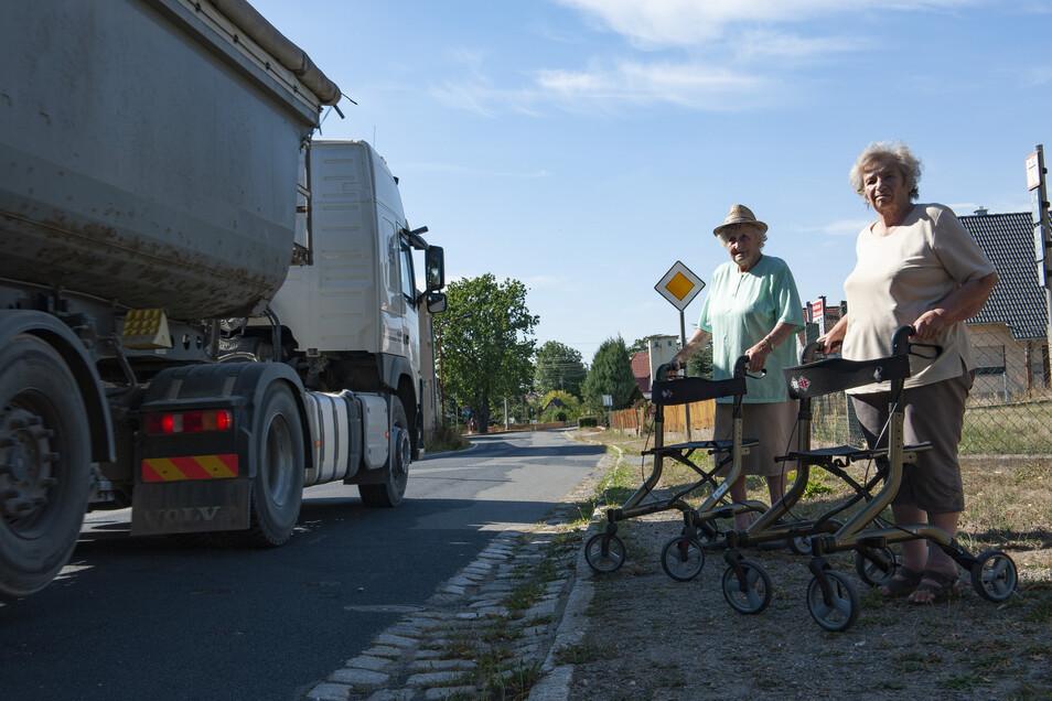 Strauch braucht Fußwege: Gisela Richter und Edelgard Zieries haben es schwer, mit dem Rollator auf den Fußweg zu kommen.