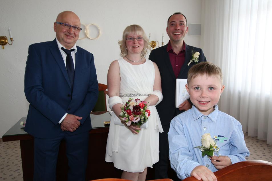 Susann Risch und Ronny Plenikowski-Risch sind das erste Paar, das der Waldheimer Bürgermeister Steffen Ernst (links) getraut hat. Mit dabei war auch der Sohn des Paares, der sechsjährige Felix.