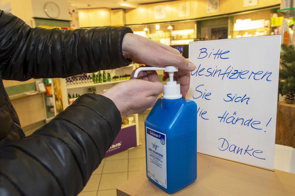 Hände desinfizieren, gleich am Eingang der Apotheke, ist jetzt für die Patienten ein Muss.
