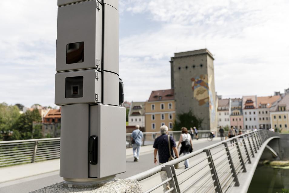 Der Aufbau solcher Überwachungskameras (hier an der Görlitzer Altstadtbrücke) hatte seinerzeit für viele Diskussionen gesorgt. Vor Gericht zeigte jetzt ein Fall, wie sie beim Auffinden und Überführen von Straftätern helfen.