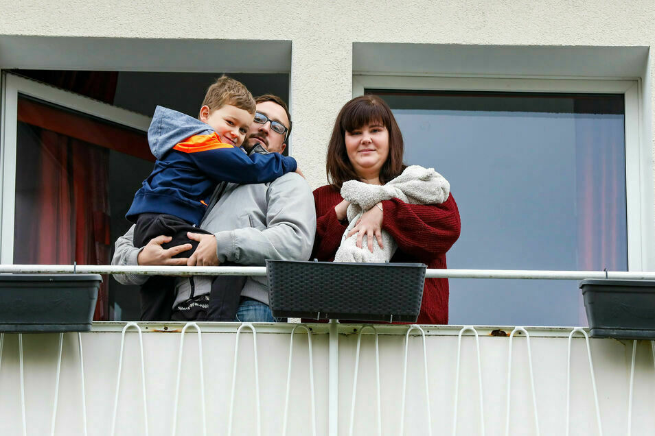 Cindy Rücker und Florian Güttler sitzen mit den Kindern Lionel (5) und Kilian (zwei Monate) seit fast drei Wochen in ihrer Neubauwohnung fest.