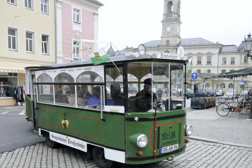 Liebevoll ist auch die Straßenbahn gestaltet, die 2002 nach der K&K-Bahn entstand. Unter der Karosse steckt ein alter Barkas-Transporter.
