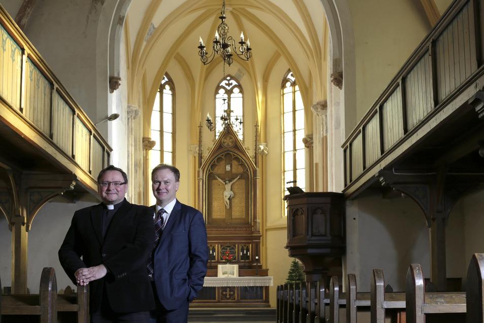 Auch für das Gotteshaus wünschen sich Pfarrer Cezary Królewicz (links) und Bauingenieur Krzysztof Alykow eine Sanierung.