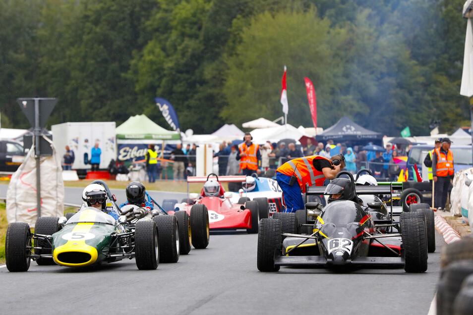 Klasse 9: Formelwagen bis Baujahr 1989 stehen am Start- und Zielpunkt.