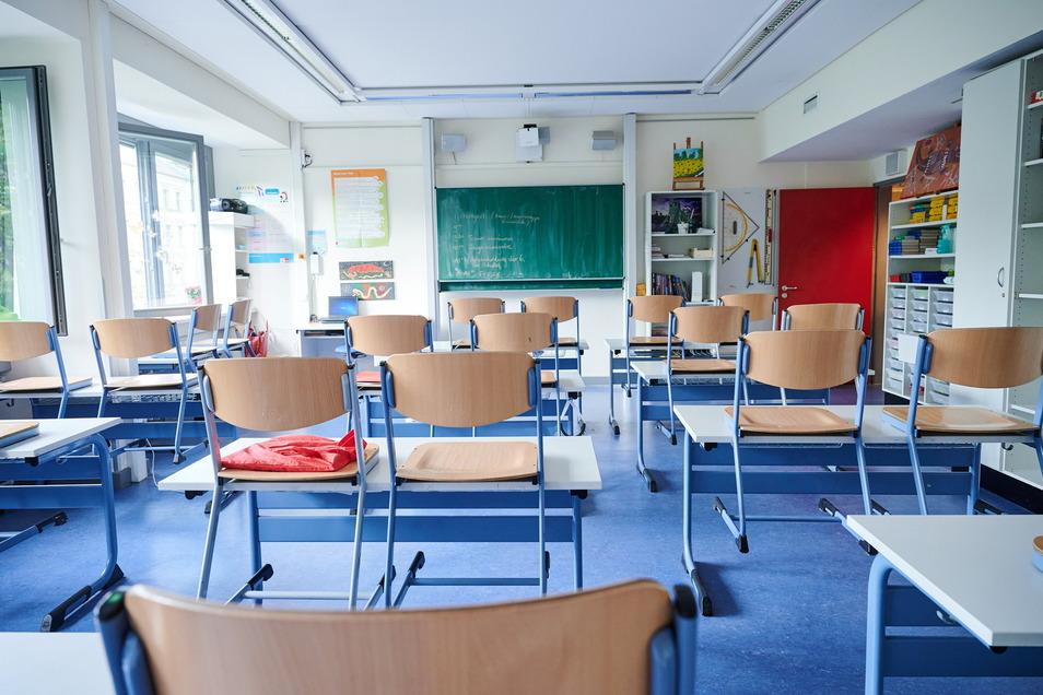 Leeres Klassenzimmer: Die Schulschließungen während der Pandemie hatten negative Folgen für die Schüler. Besonders betroffen sind bildungsferne Milieus, so eine neue Studie. Die Inzidenz im Landkreis Meißen fällt am Donnerstag auf 1,4.