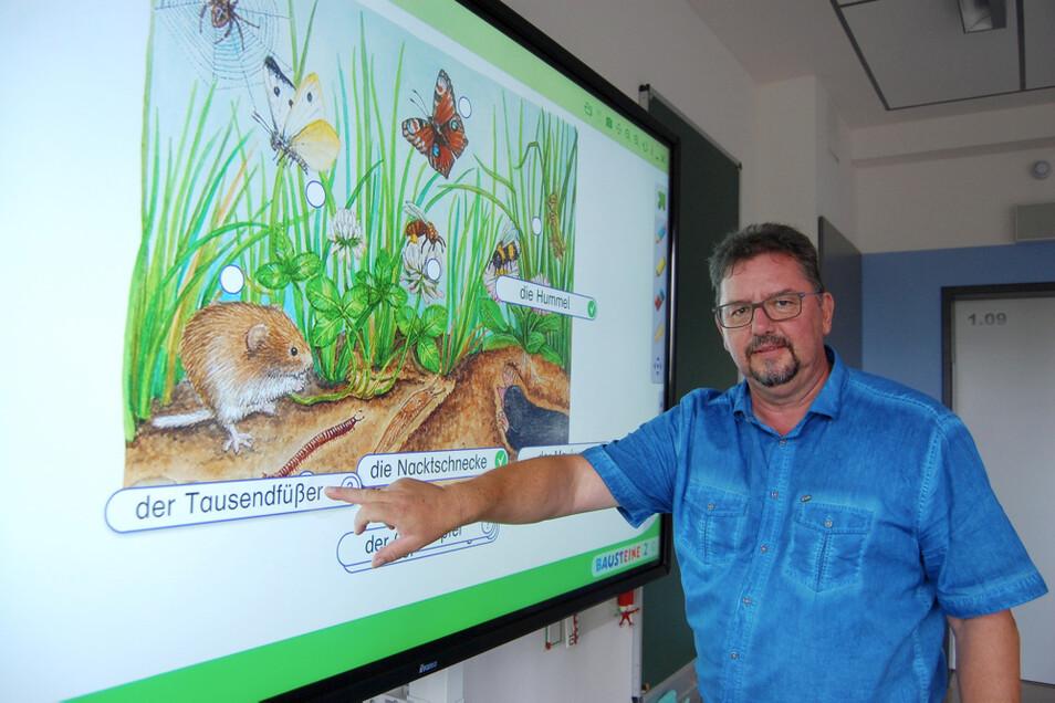 """Torsten Kilz ist der Leiter der Grundschule """"An der Elster"""", wo nun eine komplette Rundum-Ausstattung mit interaktiven Tafeln erreicht ist."""