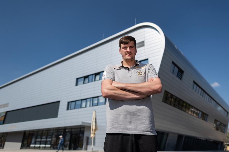 Rico Göde, Cheftrainer des Handball-Zweitligisten HC Elbflorenz, steht vor der Ballsportarena in Dresden.