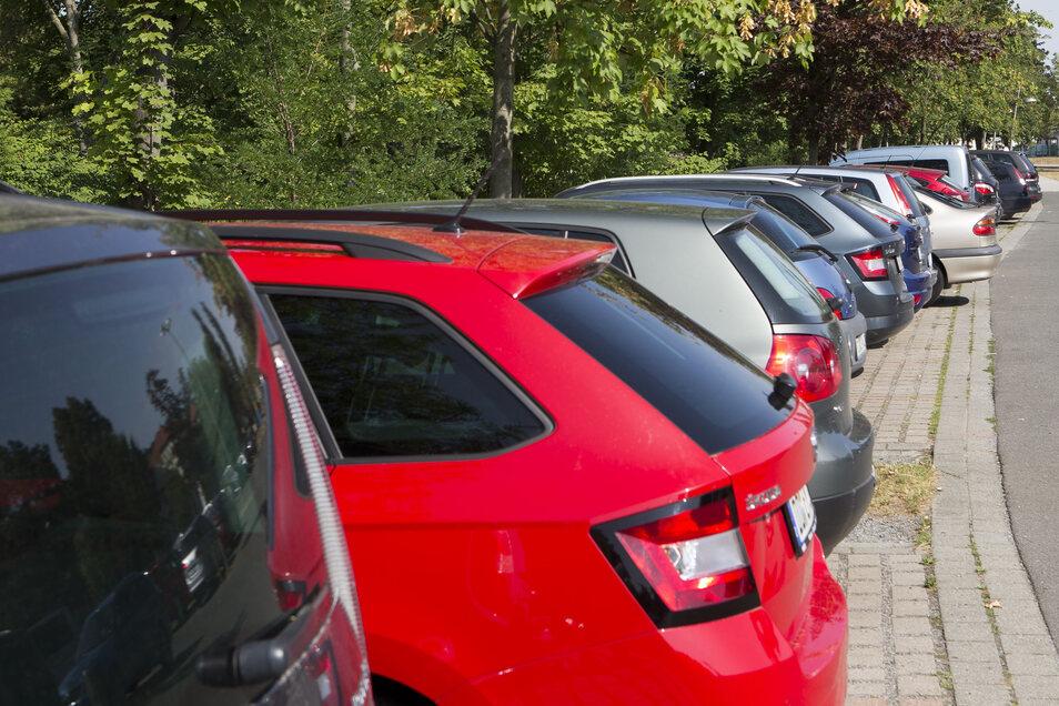 Ähnlich wie hier stehen die Autos auf dem P+R-Parkplatz am Heidenauer Nord-Bahnhof. Deshalb steht eine Erweiterung im Raum.