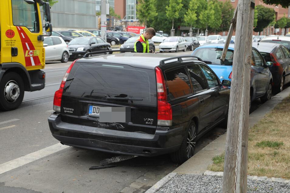 Auch dieser geparkte Volvo wurde in Mitleidenschaft gezogen.