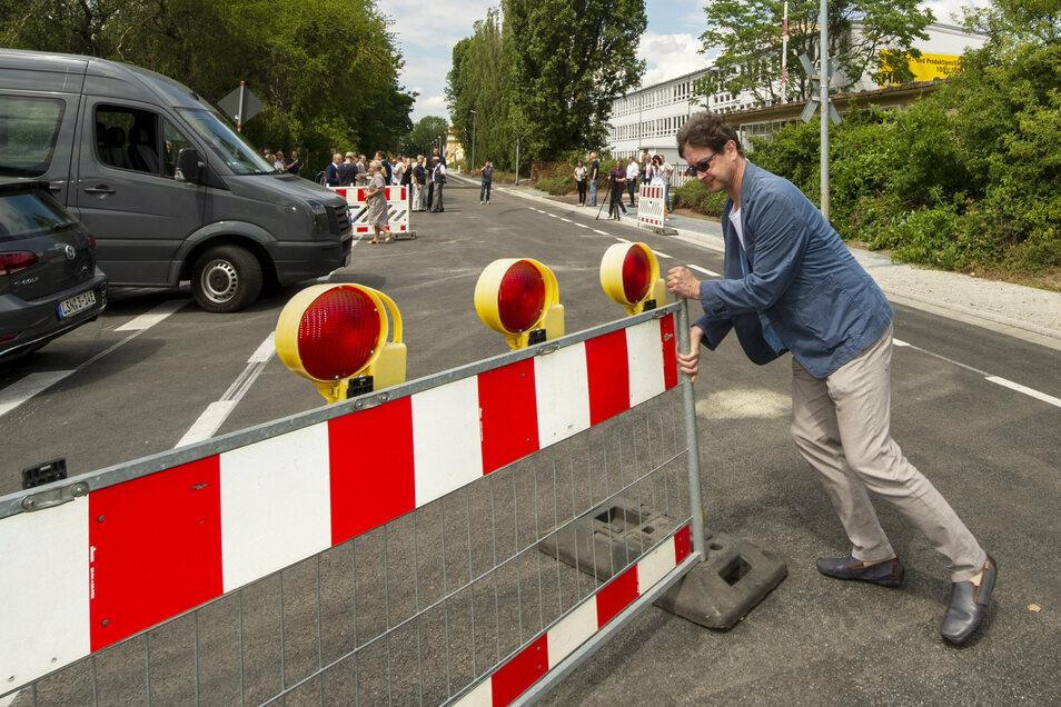 Coswigs Sachgebietsleiter für Ordnung und Verkehr, Olaf Lier, legte beim Wegräumen der Absperrungen selbst mit Hand an.