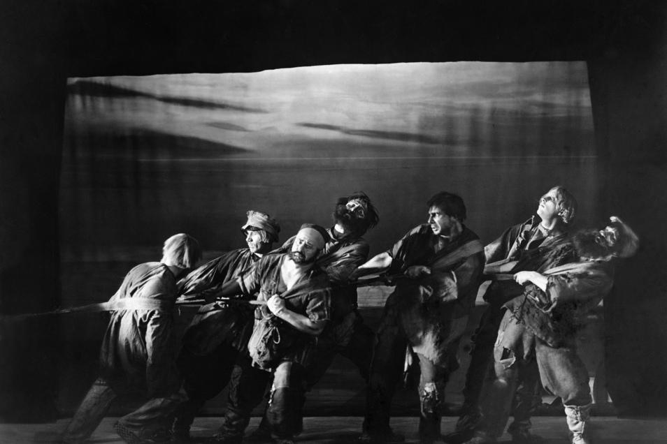 """Gemeinsam für den Aufbau des Bolschewismus: Auch auf der Bühne präsentierte sich die Wolgadeutsche Sowjetrepublik, hier durch das Russisch-Deutsche Theater in Berlin, wo 1922 das Stück """"Schiffeziehen an der Wolga"""" aufgeführt wurde."""