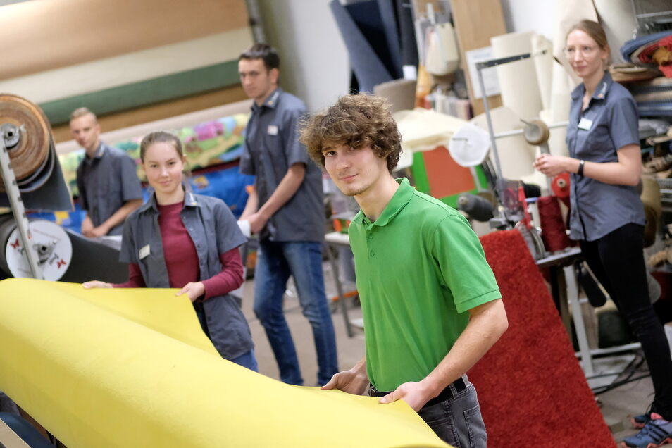 """Jonas, Agathe, Max, Pascal und Alica haben eine Ausbildung bei """"Teppich Schmidt"""" begonnen."""