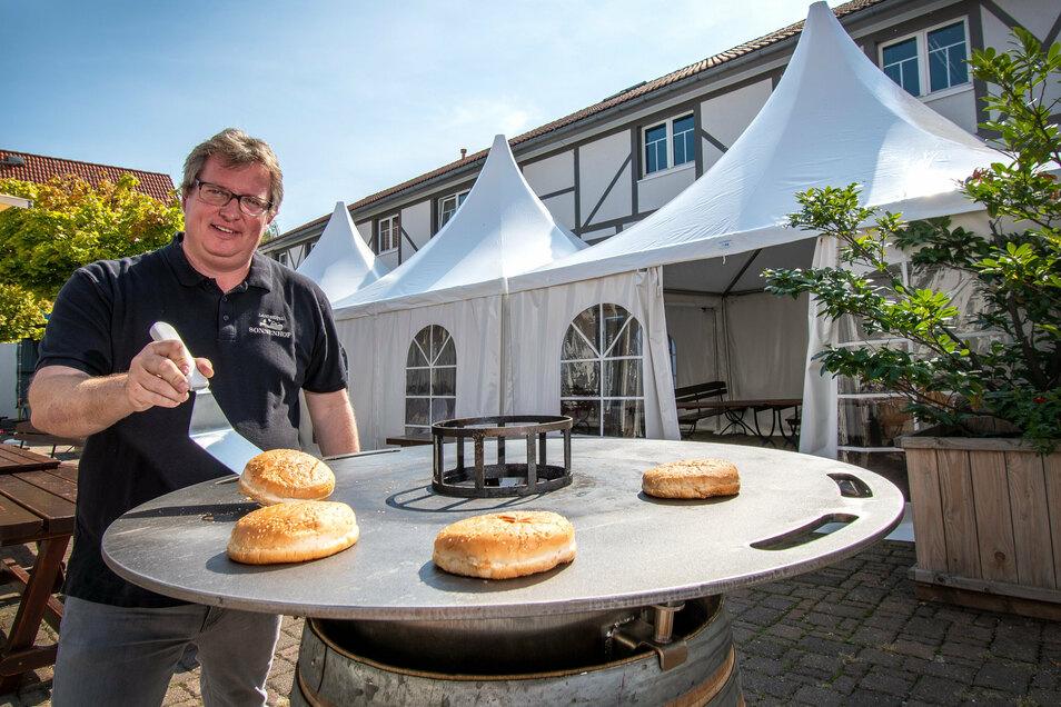 Markus Weinert vom Sonnenhof in Ossig bei Roßwein ist positiv gestimmt. Die Gästezahlen nehmen allmählich wieder zu. Um große Gruppen auch draußen zu bedienen, hat er sich drei große Zelte angeschafft.