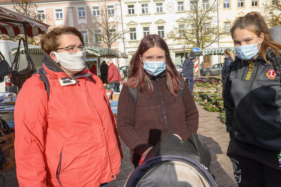 """Familie Vetter aus Großenhain trug am Donnerstag auf dem Wochenmarkt vorbildlich Maske. """"Das ist zwar lästig, aber zurzeit sicher angemessen"""", sind sich die drei jungen Frauen einig. Ab dieser Woche müssen Besucher und Nutzer von öffentlichen Einrichtungen und Plätzen mit verstärkten Kontrollen rechnen."""
