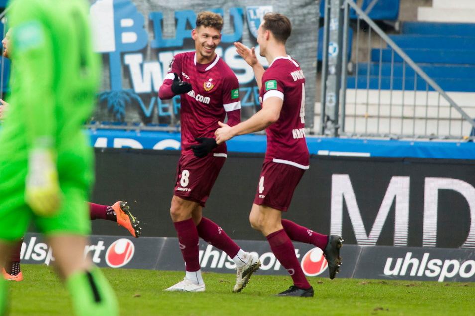 Heinz Mörschel und Tim Knipping feiern das 1:0 des Winter-Neuzugangs. Es sollte das einzige im Ost-Duell gegen Magdeburg bleiben.