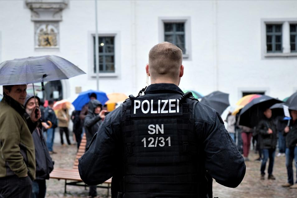 So wie hier bei einer anderen Veranstaltung in Meißen sicherte die Polizei eine Demonstration ab, sperrte kurzzeitig die Straße. Da rastete ein Autofahrer aus.