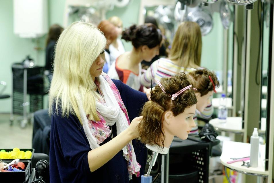 Traumberuf Friseur? Dieses Jahr sind in Sachsen 17 Prozent weniger Lehrverträge in dieser Branche vergeben worden.