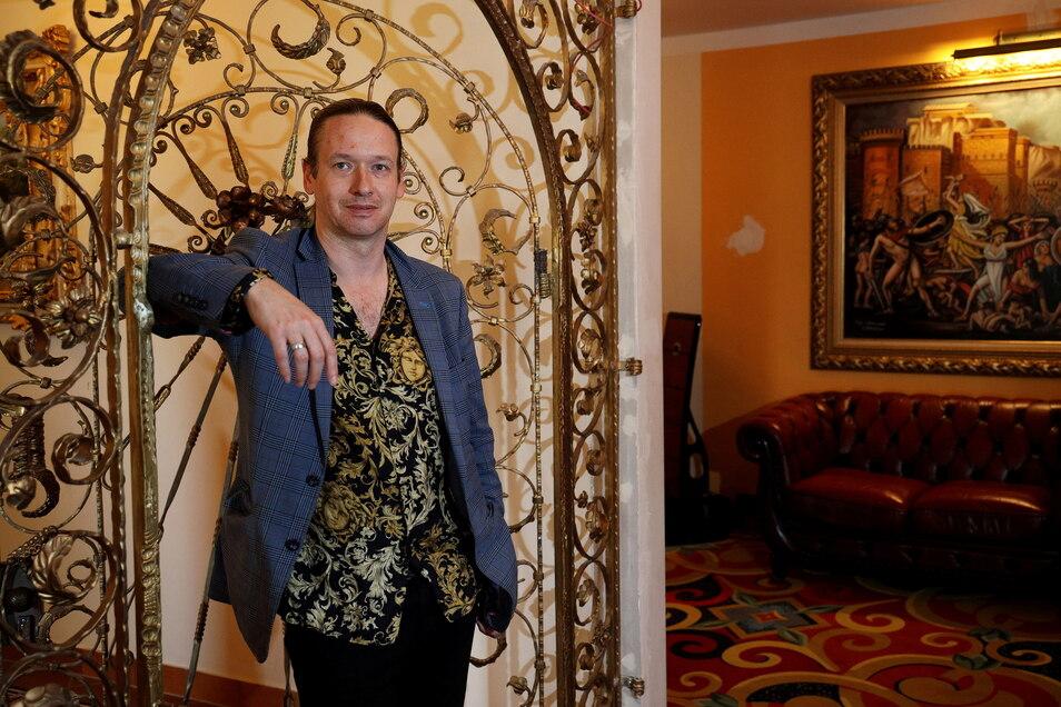 Gäste willkommen: Hotelbetreiber Marcus Steinäcker hat die Rezeption im Hotel Eulenspiegel am Riesaer Bahnhof umgestaltet.