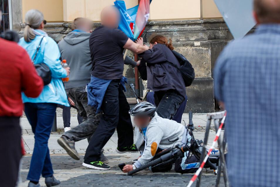 Vor dem Zittauer Rathaus gab es Gerangel, ein Mann stürzte zu Boden.