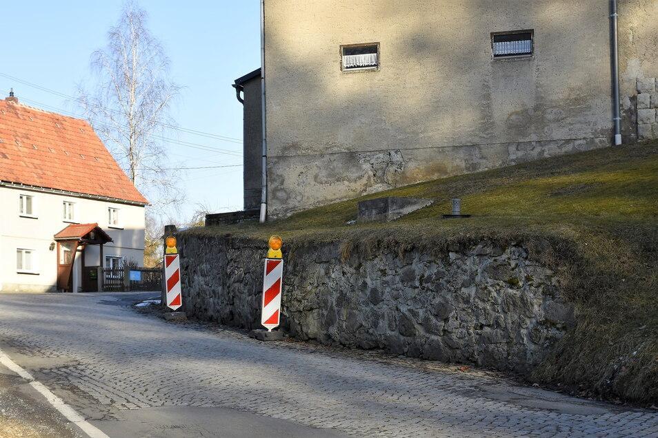 Im Großharthauer Ortsteil Bühlau wird jetzt eine Stützmauer saniert. Dadurch kommt es zu Verkehrseinschränkungen.
