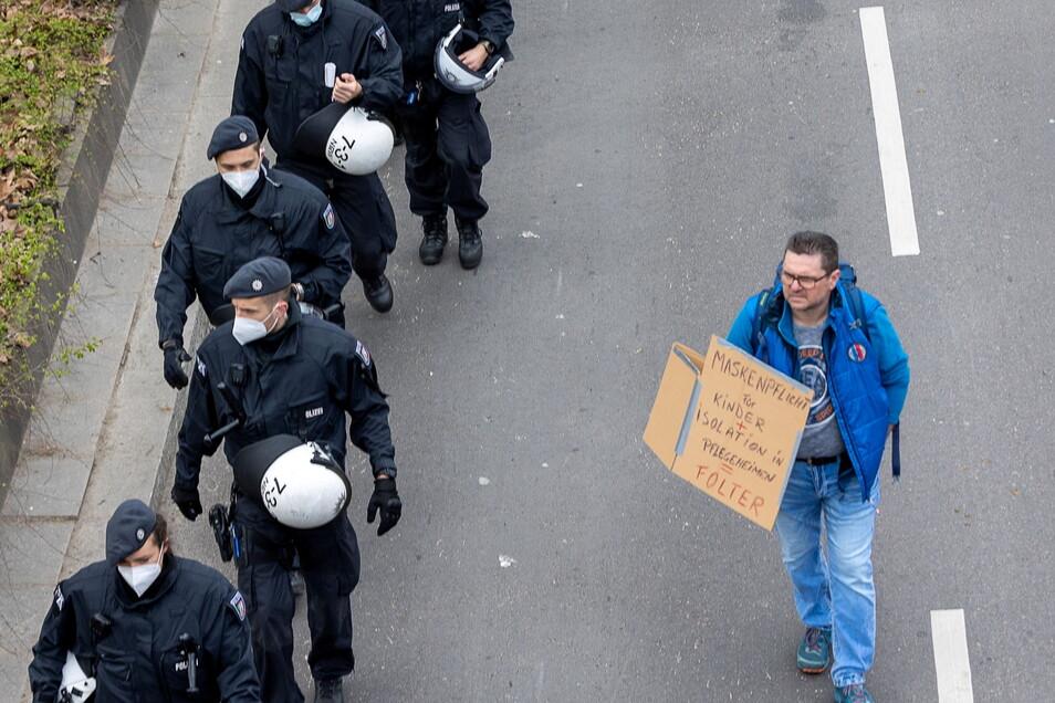 Polizeieinsatz bei Querdenker-Demo; unsere Freiheit funktioniert nur, wenn wir alle Regeln und Grundwerte respektieren.