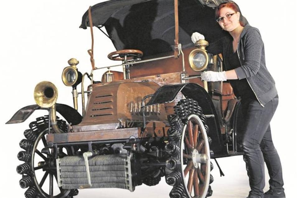 Adler-Auto Der Adler-Personenkraftwagen wurde 1902 hergestellt und war das erste motorbetriebene Taxi überhaupt, das durch die Zittauer Straßen rollte. Es gibt europaweit nur noch vier Exemplare dieses Automobils zu bestaunen.Archivfoto: Matthias Weber