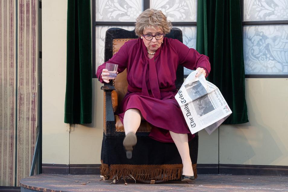 Ohne Haushälterin und Vermieterin Mrs. Hudson könnte Sherlock Holmes einpacken. Sie hat eine Menge zu erdulden: explodierende Chemikalien, Ungewöhnliches im Kühlschrank und einen schießenden Holmes. Im Bautzener Freiluftstück pariert Gabriele Rothmann mit spitzer Zunge und Respekt ihrem klugen Untermieter.