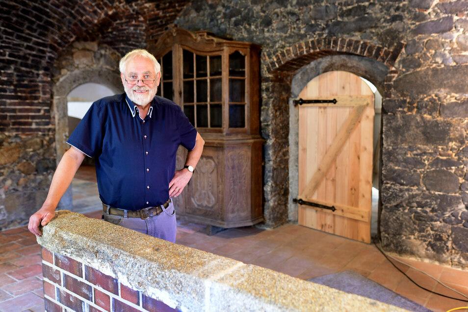 Andreas Taesler in der früheren Schwarzküche der Schlossscheune, die nun unter anderem eine moderne Küchenzeile bekommen wird.
