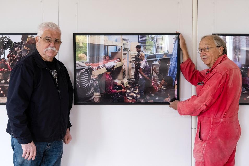 Hans Dünnebeil und Hans Peil vom Fotomuseum in der Ausstellung über Straßenkinder in Bukarest.