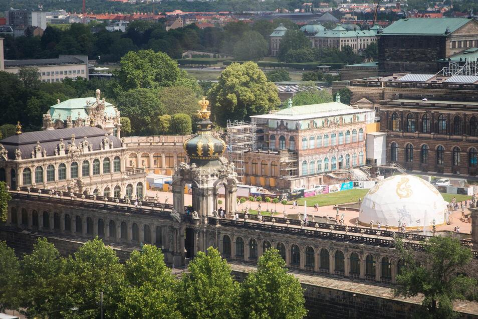 Dieser Anblick ist nur noch wenige Tage zu sehen. Denn die Filmkuppel im Zwingerhof wird ab 3. Juli abgebaut. Dahinter werden der eingerüstete Französische Pavillon und die Bogengalerie L für die große Zwinger-Ausstellung ausgebaut.