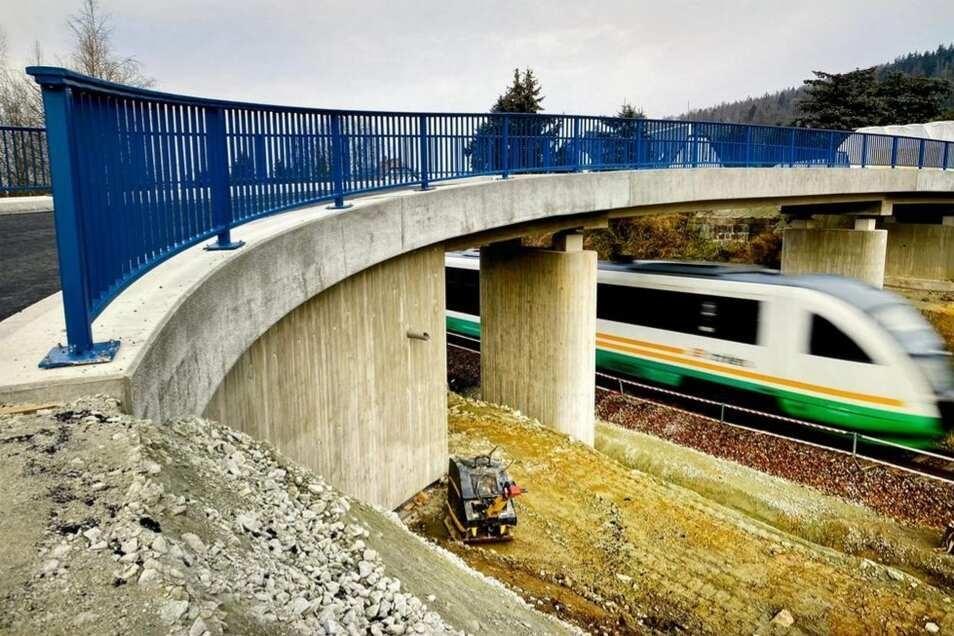 Die neue Brücke über die Bahnstrecke Zittau-Dresden ist fertig.
