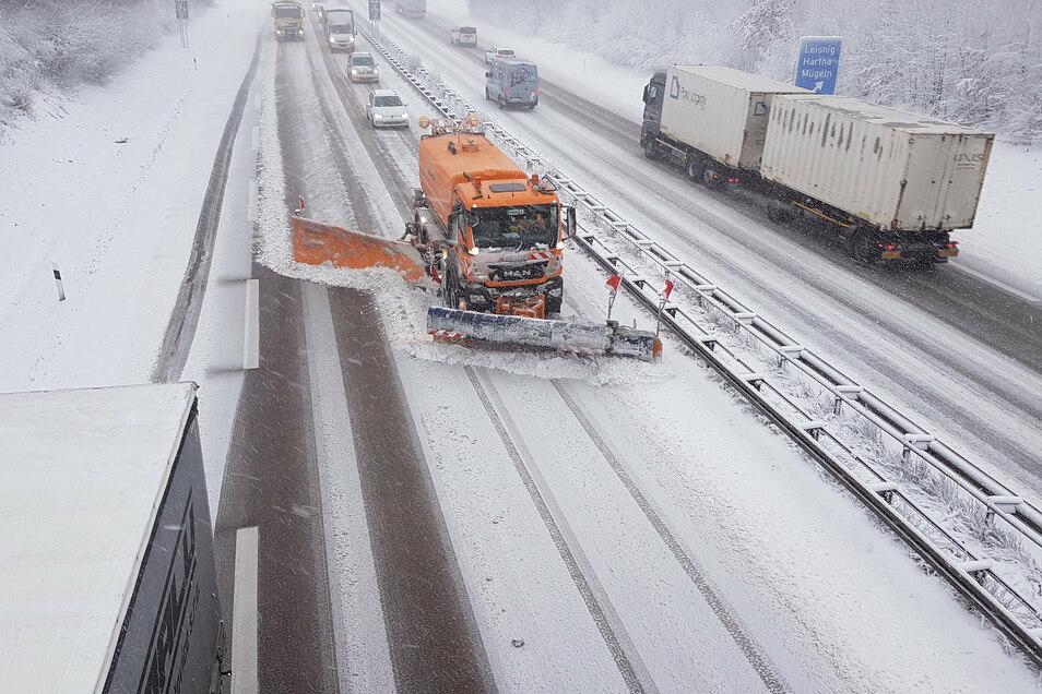 Für den Winterdienst stehen der Autobahnmeisterei Döbeln insgesamt acht Lkw zum Räumen und Streuen, ein Geräteträger, fünf Kleintransporter, eine Randwallfräse, eine Schneefrässchleuder sowie ein FS 100 Streuer zur Verfügung.