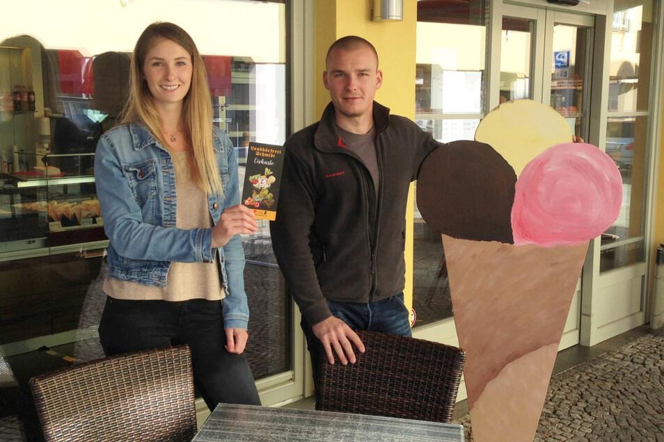 John-Albrecht und Nicole Arko haben (fürs Foto!) Tisch und Stühle vors Stadtcafé gerückt.