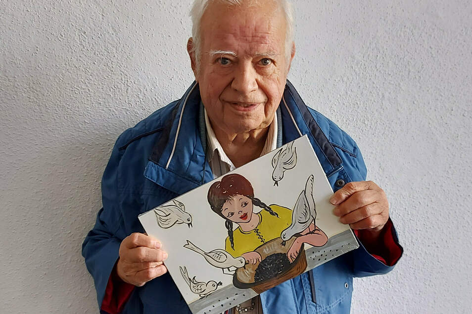 Ulrich Lück mit einem seiner Puzzle-Motive: Aschenputtel, gemalt von der 2014 verstorbenen Neugersdorfer Künstlerin Herta Rehm.