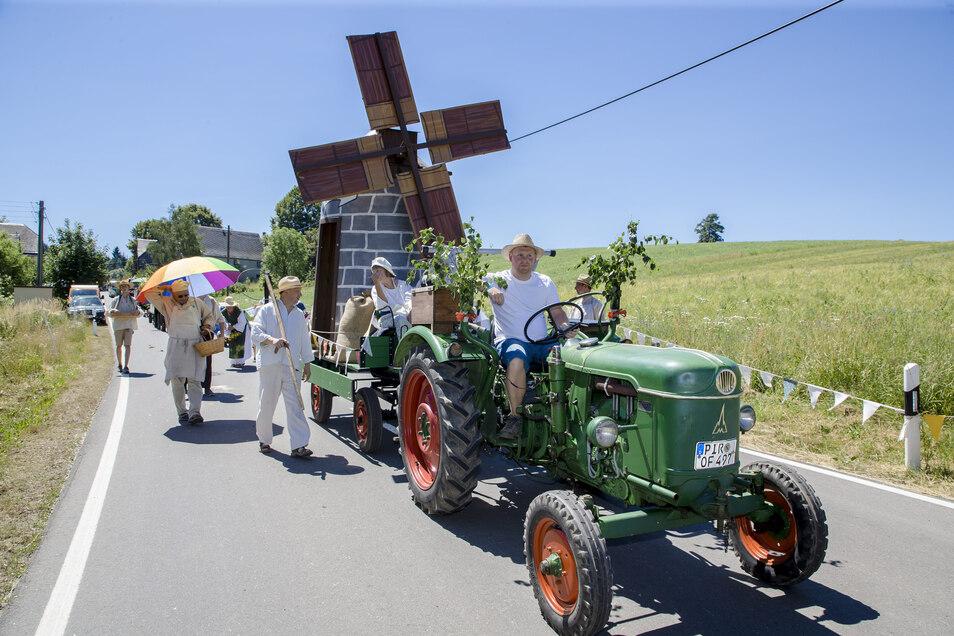 Das Wahrzeichen des Ortes, die Windmühle, war nicht nur Startpunkt des Umzugs. Sie war auch als Modell mit dabei.