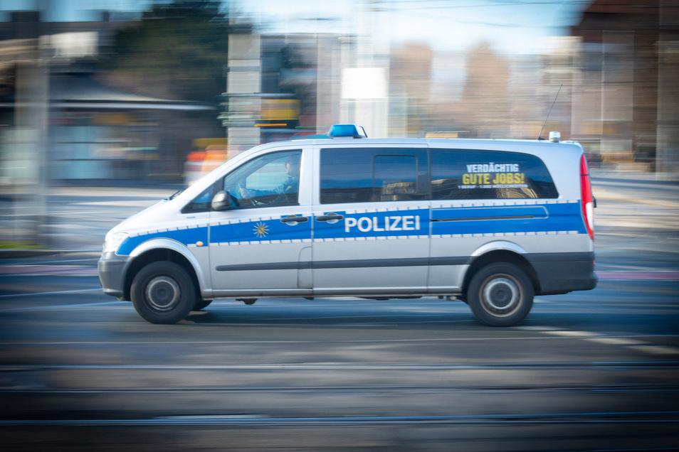 Mit einem Polizeiauto ist jetzt in Bautzen beinahe ein Radler zusammengestoßen.