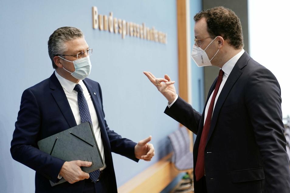 Jens Spahn (r, CDU), Bundesminister für Gesundheit, und Lothar H. Wieler, Präsident vom Robert Koch-Institut (RKI), im Gespräch nach einer Pressekonferenz zur aktuellen Lage in der Corona-Pandemie.