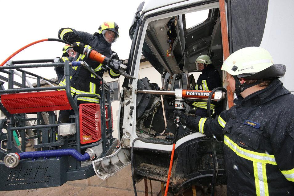 Bei der Firma Kemming in Haßlau durften Feuerwehrleute der Roßweiner Ortswehren den Umgang mit dem neuen hydraulischen Rettungsgerät trainieren.