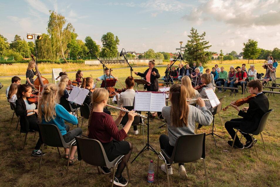 Das Musikschulorchester Saitensprung eröffnet den diesjährigen Kultursommer auf der Festwiese.