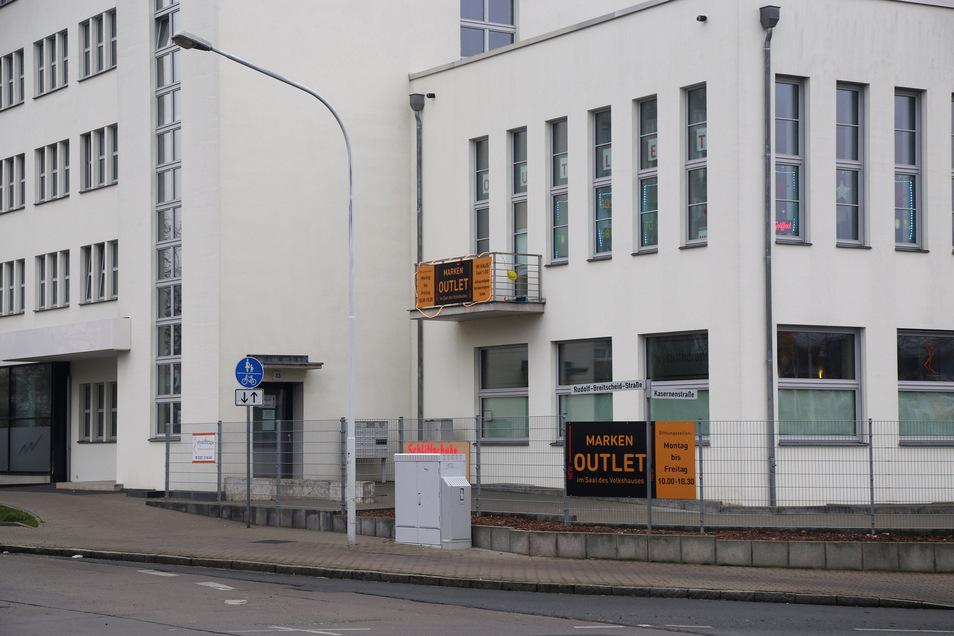Das Volkshaus an der Breitscheidstraße ist das bedeutendste Bauhaus-Gebäude der Region. Übergangsweise ist im Saal nun ein Outlet eingezogen.