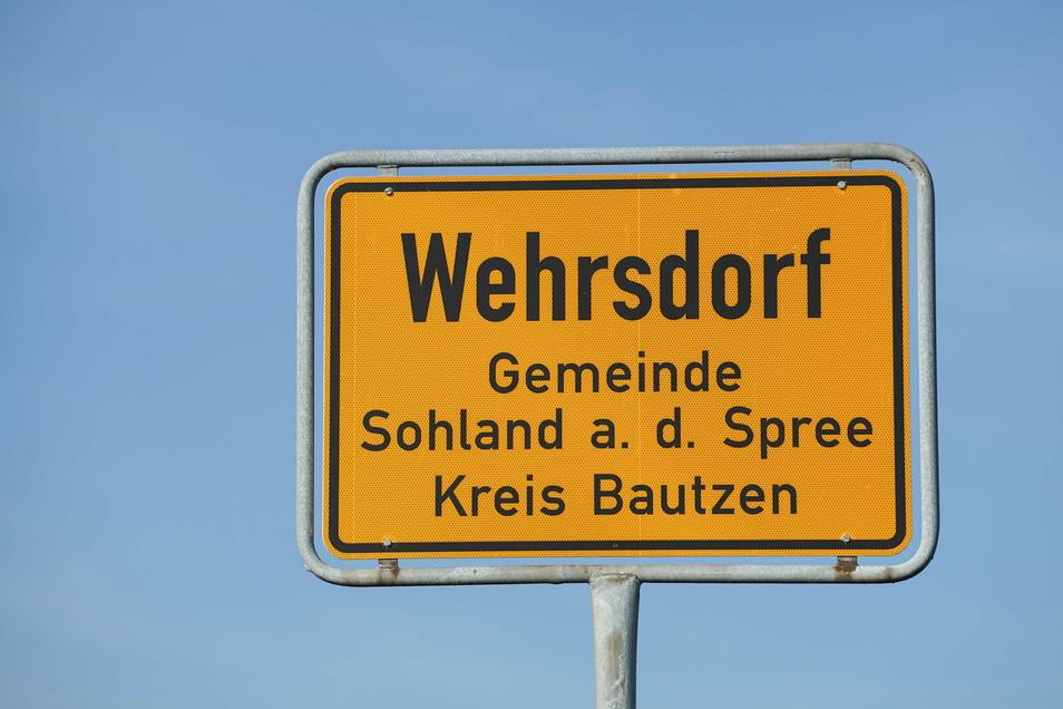 Insbesondere Schulkinder sollen ab sofort auf Höhe des Wehrsdorfer Erbgerichts die Straße sicherer überqueren können.