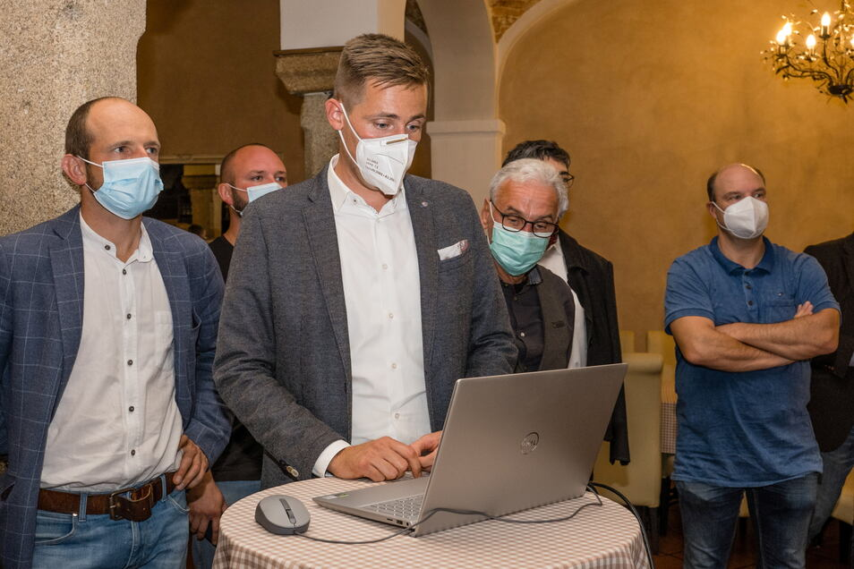 CDU-Kreisvorsitzender Florian Oest (Mitte) und CDU-Landtagsabgeordneter Stephan Meyer am Wahlabend in einem Görlitzer Restaurant.