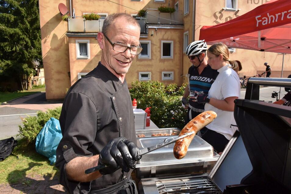 Küchenchef Jörg Müller am beliebten Bratwurststand an der Ladenmühle in Hirschsprung.