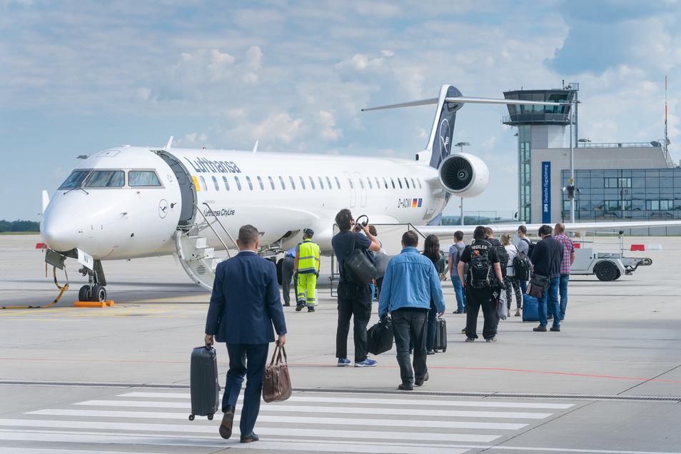 Die ersten Fluggäste steigen am Montag in den Frankfurt-Flieger.