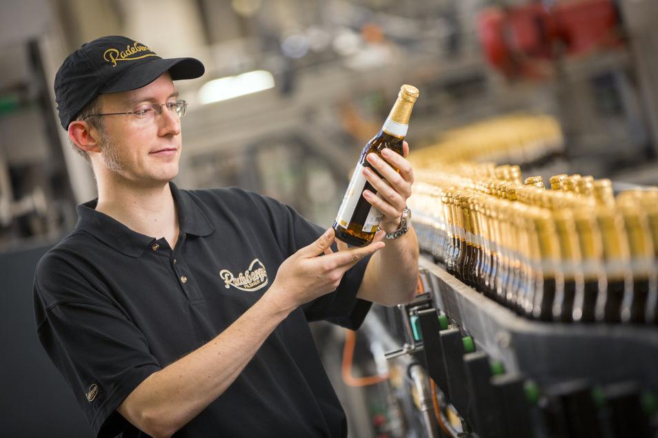Sitzt das Etikett richtig? In der Radeberger Exportbierbrauerei werden Flaschen vor dem Versand kontrolliert. Wegen der Corona-Pandemie hat das Unternehmen mit starkem Absatzrückgang zu kämpfen.
