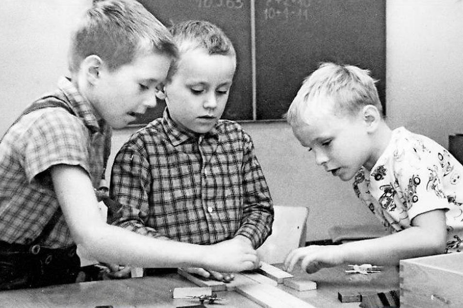 In der DDR gab es gemeinsames Lernen bis mindestens zur Klasse 8, oft bis zur Klasse 10. Heute wird das dreigliedrige Schulsystem, in dem Kinder nach der vierten Klasse getrennt werden, als besonders ungerecht betrachtet.