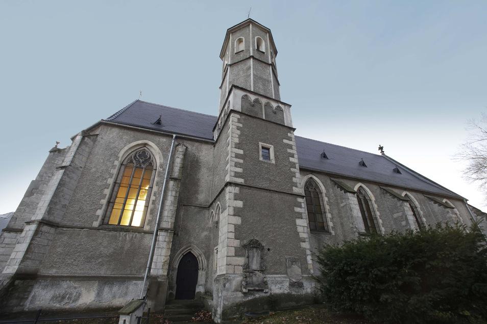 Die evangelische Kirche von Lubań ist die älteste der Stadt. Innenleben, wie einige Köpfe an Säulen, geben Rätsel auf.