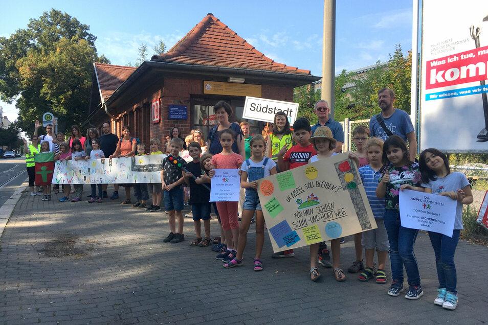 Kinder demonstrieren am Görlitzer Südausgang für eine dauerhafte Ampel an dieser Stelle.